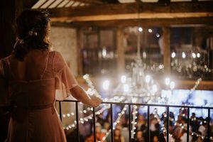 Brauche ich ein Gästebuch für meine Hochzeit - Frau auf Balkon