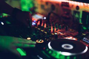 Musikalische Unterhaltung - DJ Mixer