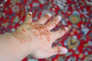 Ein Arm mit Henna bemalt