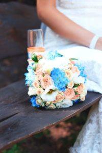 Welche Blumengrüße zur Hochzeit passen am besten - Strauß mit Blau