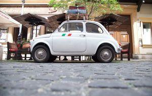 Für kurzen Trip beladenes Kleinauto