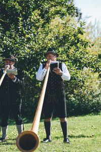 Bläser repräsentieren die lokale Kultur in den Alpen